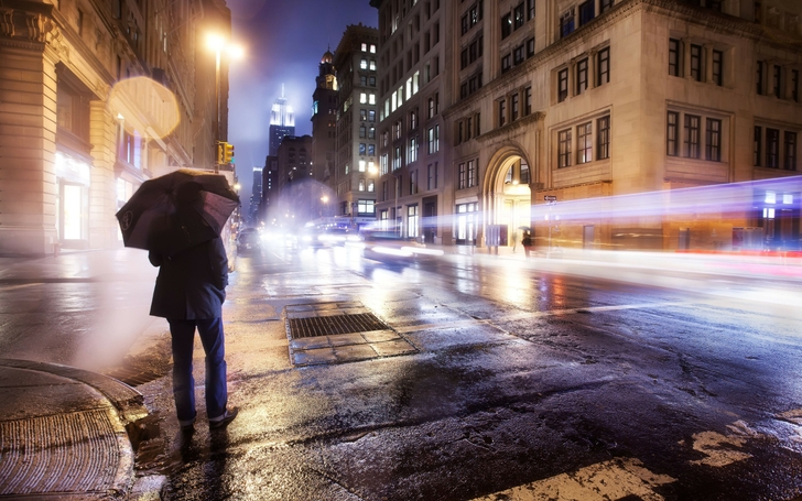 cityscapes streets night cars photography men new york city long exposure umbrellas 2560x1600 wal_www.wallpaperfo.com_33